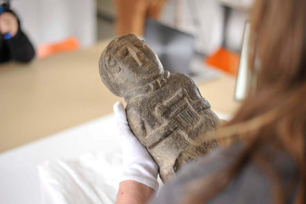 Statuette étudiée par la commission archeologie, histoire, patrimoine du PRIAE, le pôle de recherche, d'interprétation et d'archéologie expérimentale autour de la lyre