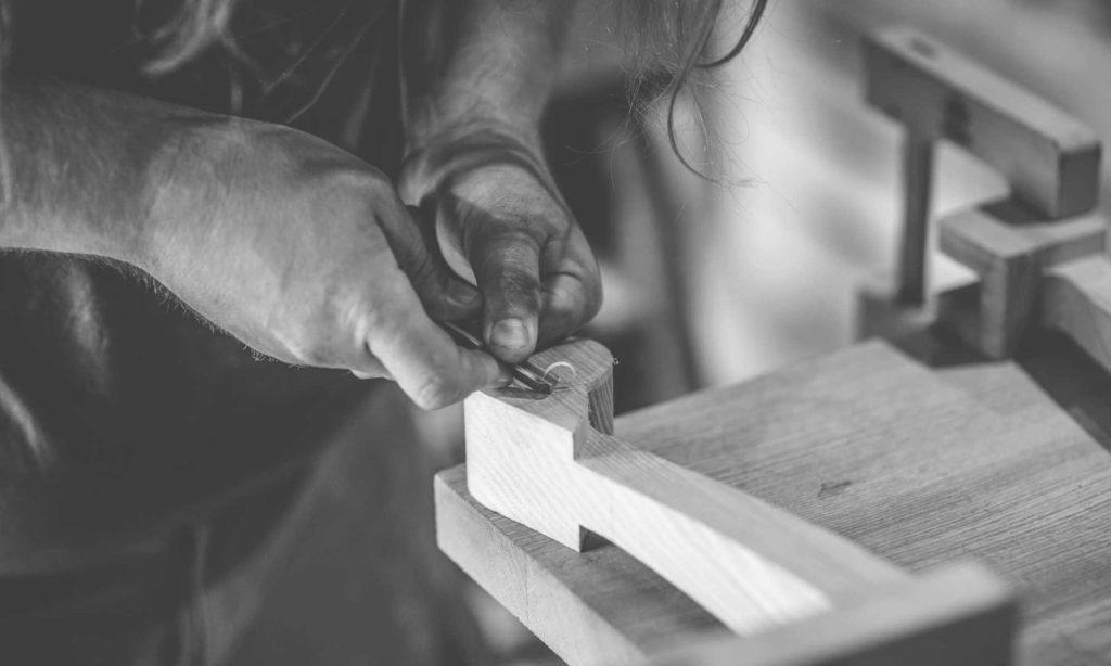 Reconstitution par l'Atelier Skald, membre du PRIAE, d'une lyre gauloise avec outils forgé comme à l'Âge du fer